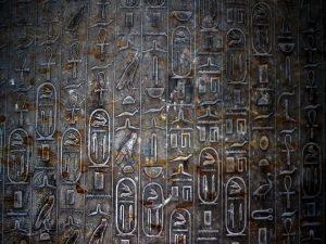 dentro de la gira de la pirámide en el cairo